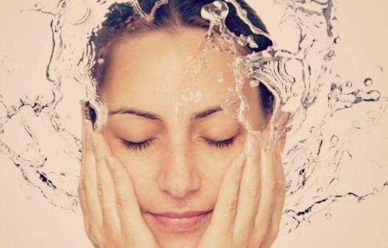 6 Cara Merawat Wajah Berminyak dan Berjerawat